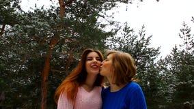 Mutter und Tochter, die zusammen in den Park, Umarmen, küssend geht stock footage
