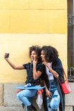 Mutter und Tochter, die zusammen ein selfie nehmen stockbild