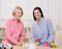 Mutter und Tochter, die zusammen Geschenke einwickeln Lizenzfreies Stockfoto