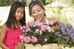 Mutter und Tochter, die zusammen im Garten arbeiten Stockfotografie