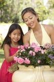 Mutter und Tochter, die zusammen im Garten arbeiten Lizenzfreies Stockfoto