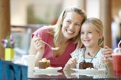Mutter und Tochter, die zusammen am Kaffee zu Mittag essen Stockbild