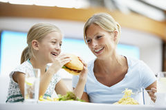 Mutter und Tochter, die zusammen am Kaffee zu Mittag essen Stockfotografie