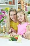 Mutter und Tochter, die zusammen kochen Lizenzfreies Stockfoto