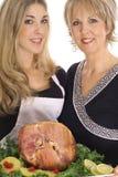 Mutter und Tochter, die zusammen kochen Stockbilder