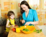 Mutter und Tochter, die zusammen kochen lizenzfreie stockfotografie