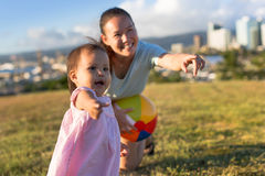 Mutter und Tochter, die zusammen am Park spielen Stockfotos