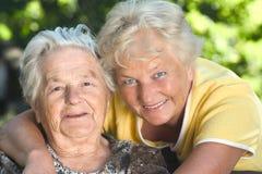 Mutter und Tochter draußen Stockfotos