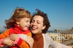 Mutter und Tochter draußen Stockfotografie