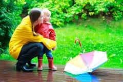 Mutter und Tochter draußen am regnerischen Tag stockfotografie
