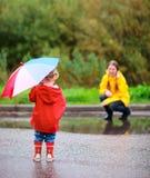 Mutter und Tochter draußen am regnerischen Tag Stockfoto