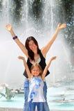 Mutter und Tochter durch Brunnen Lizenzfreie Stockbilder
