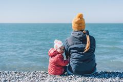 Mutter und Tochter durch das Meer lizenzfreies stockbild