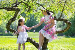 Mutter und Tochter in einem Sommerpark stockfotos