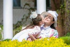 Mutter und Tochter in einem Sommerpark lizenzfreie stockbilder