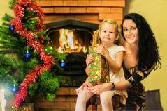Mutter und Tochter feiern das neue Jahr Alter 5 Jahre Lizenzfreie Stockfotos