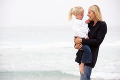 Mutter und Tochter am Feiertag, der auf Strand steht Lizenzfreie Stockfotos