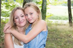 Mutter und Tochter gehen in die blonde Parkliebe Lizenzfreie Stockbilder