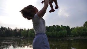 Mutter und Tochter gehen in einen grünen Park stock footage