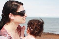 Mutter und Tochter genießen heißen Sommer Lizenzfreies Stockbild
