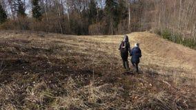 Mutter und Tochter genießen Vorfrühlingstag Wandern des Konzeptes stock video
