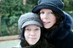 Mutter und Tochter geschlossen Stockbild