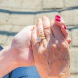 Mutter und Tochter, Händchenhalten während eines langen Dialogs stockfotografie