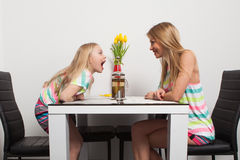 Mutter und Tochter haben Spaß Lizenzfreies Stockbild
