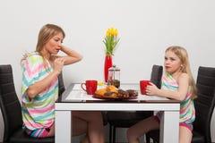 Mutter und Tochter haben Teatime Stockbild