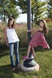 Mutter und Tochter am hellen Pol lizenzfreie stockbilder