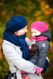 Mutter und Tochter am Herbstpark Stockbild