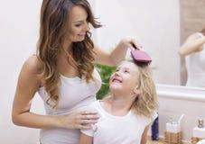 Mutter und Tochter im Badezimmer Stockbilder