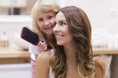 Mutter und Tochter im Badezimmer Stockfotos