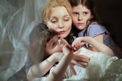 Mutter und Tochter im Bett. lizenzfreie stockfotos