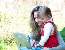 Mutter und Tochter im Freien mit Notizbuch Stockbild