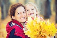 Mutter und Tochter im Herbstpark lizenzfreies stockbild