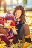 Mutter und Tochter im Herbstpark lizenzfreie stockbilder