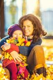 Mutter und Tochter im Herbstpark lizenzfreies stockfoto