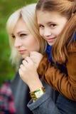 Mutter und Tochter im Herbstwald Stockfoto