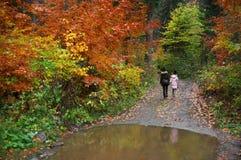 Mutter und Tochter im Herbstwald Lizenzfreie Stockfotos