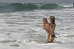Mutter und Tochter im Ozean stockfotos