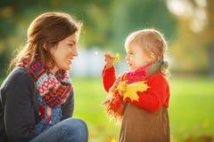 Mutter und Tochter im Park lizenzfreie stockfotografie