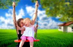 Mutter und Tochter im Park Lizenzfreies Stockbild