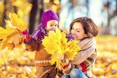 Mutter und Tochter im Park Stockfotografie