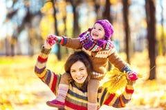 Mutter und Tochter im Park Stockfoto