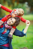 Mutter und Tochter im Park Lizenzfreie Stockbilder