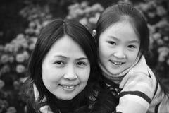Mutter und Tochter im Park Lizenzfreies Stockfoto