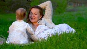 Mutter und Tochter im Park stock video footage