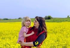 Mutter und Tochter im rapefield Stockbild
