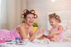Mutter und Tochter im Schlafzimmer Stockbilder